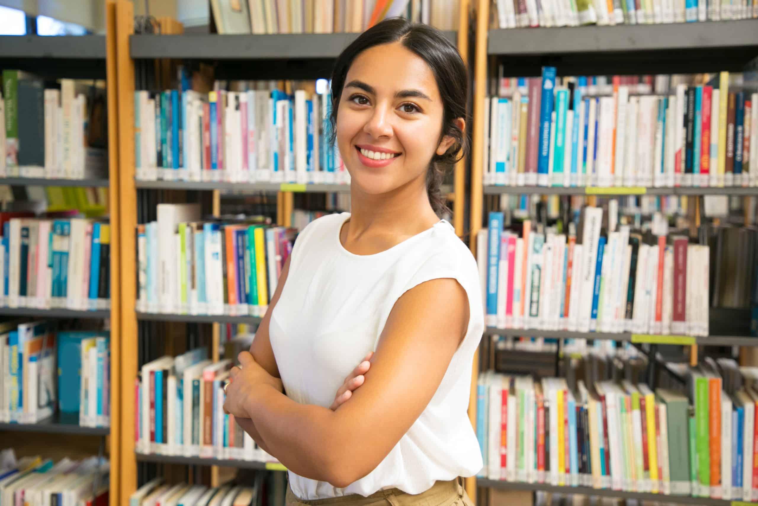 Portrait femme bibliothèque